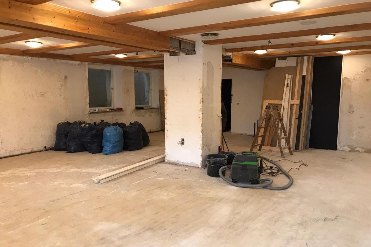 Jugendraum mit abgerissenem Fußboden und Tapete