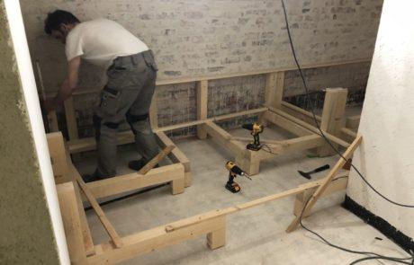 Toby baut die Unterkonstruktion der Bänke